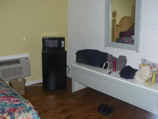 Atlantis Inn: fridge and microwave