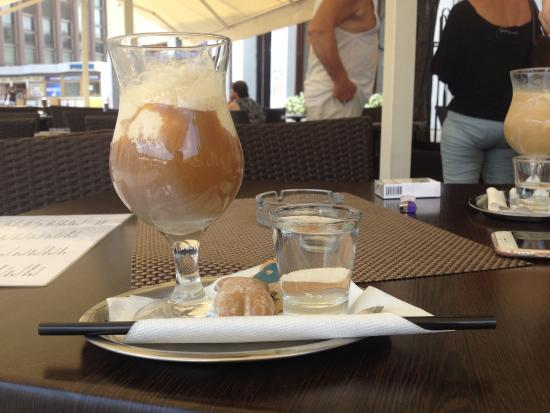 Fontaine d'Or: Cafe with ice in hot summer day