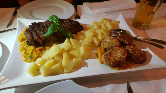 Joachimsthal, Germany: Frittierter Mozarella mit Sesam-Chillipanade auf Kürbisgemüse an naturbelassenen Kartoffeln