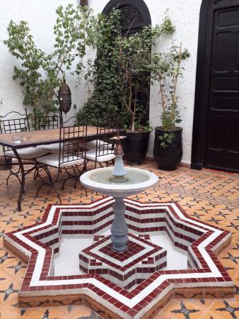 Riad Jomana: Pátio interior e de pequenos almoços