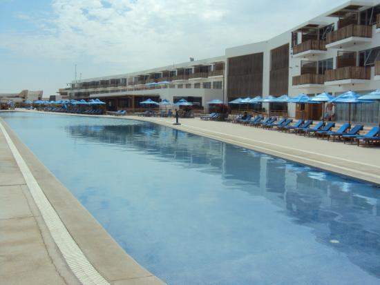 Foto de san agust n paracas paracas la piscina y vista for Piscinas san agustin burgos