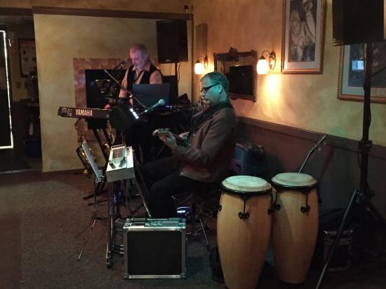 Irises Cafe and Wine Bar: Live show great music!