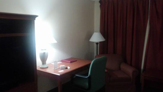 Ramada Indianapolis Airport: Spacious and clean room, although looks quite old
