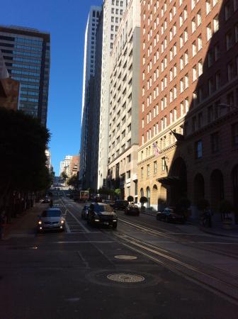 Omni San Francisco Hotel: California street from hotel outsid.