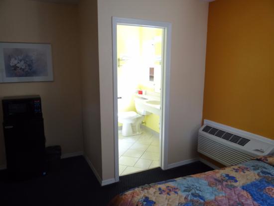 Ritz Inn: bathroom