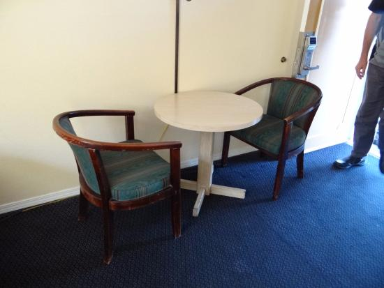 Ritz Inn : table/Chairs