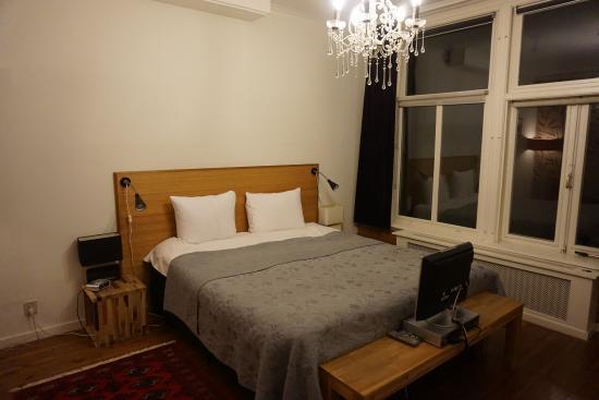 Tulipa Bed & Breakfast: 広々としたベッド。足元のテレビがいいですね。