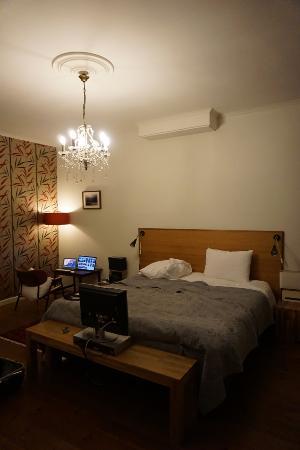 Tulipa Bed & Breakfast: バスルーム側からみたベッド。広々とした部屋の空間です