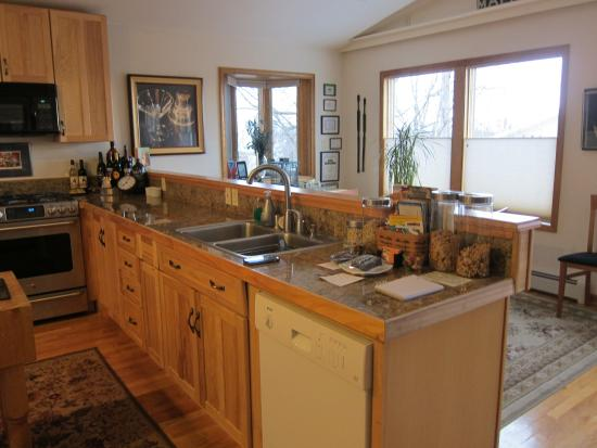 11th Avenue Bed and Breakfast: Kitchen and Breakfast area
