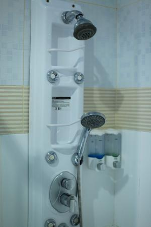 Dedy Beach INN: Shower