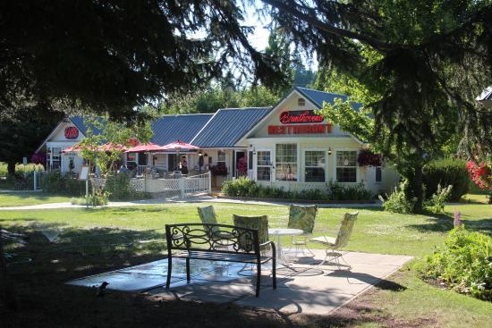 The Nordic Inn: Gartenanlage vor dem Restaurant/Zimmern