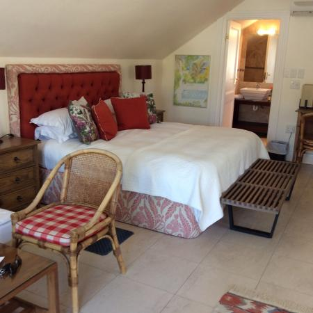 Ashbourne House Guest House : Large, airy room