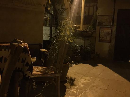 Kismet Cave House: Front yard at night