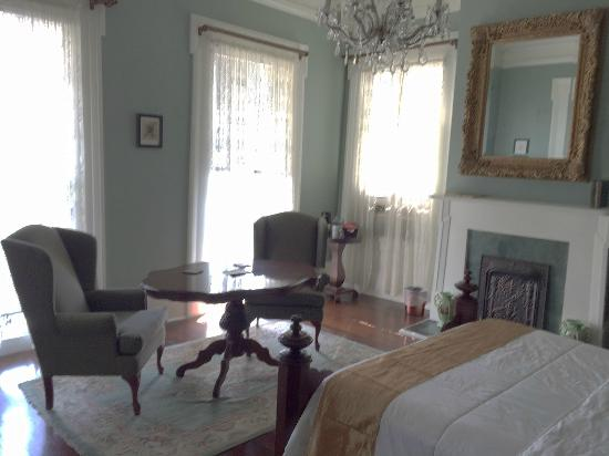 Marigny Manor House: The Bourbon room with spacious sitting area