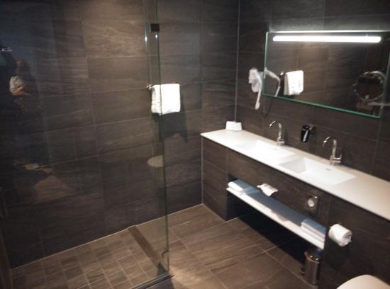 Strakke schone badkamer - Foto van Apollo Hotel Groningen, Groningen ...