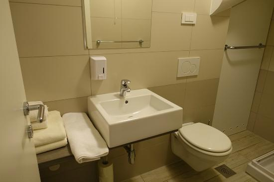 Old Town Rooms and Apartments: spacious and clean bathroom