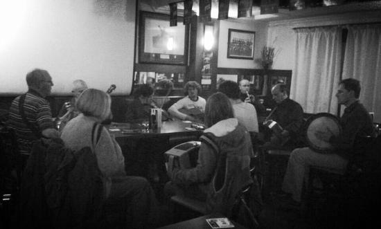 The Parador Guest House: Live traditional Irish music in The Parador Bar