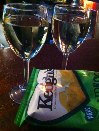 The Parador Guest House: Chardonnay and shamrock crisps at The Parador Pub