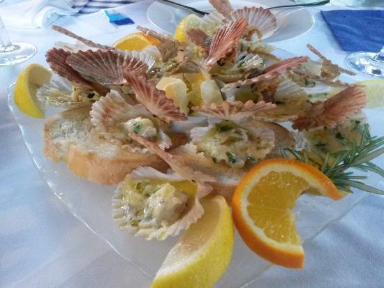 Osor, Kroatien: plat de coquilles st jacques en entrée