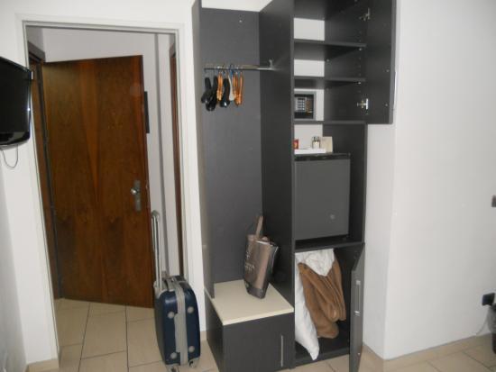 Hotel La Locanda: armadio senza alcun cassetto...mah  !!!