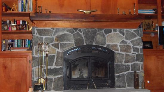 Pine Grove Bed & Breakfast: Fireplace suite