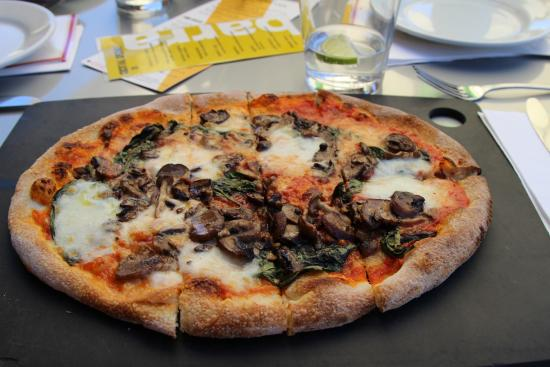Vinto: Pizza Margherita with Mushrooms