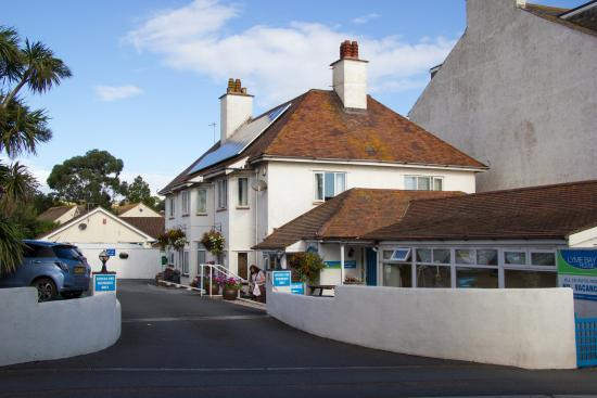 Lyme Bay House: Hotel from main road
