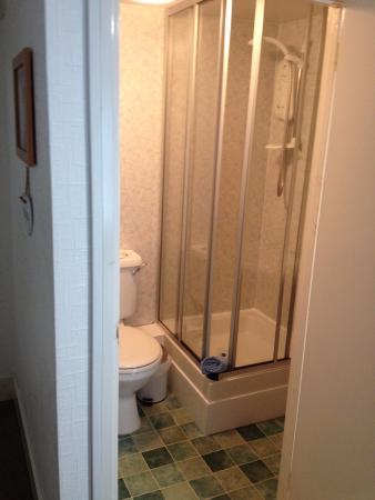 Ring O'Bells at St Issey: En suite shower room