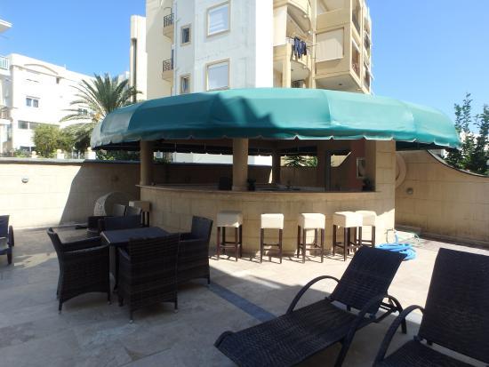 Comfort Hotel: pool cafe-bar