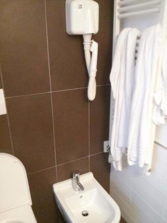 Mod05 Living Hotel : Il phon dove si installa? Vicino allo specchio? Naaaa...sopra il bidet, ovviamente!