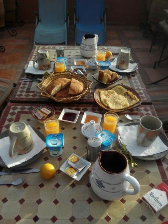 Riad Souad: Desayunando en la terraza...