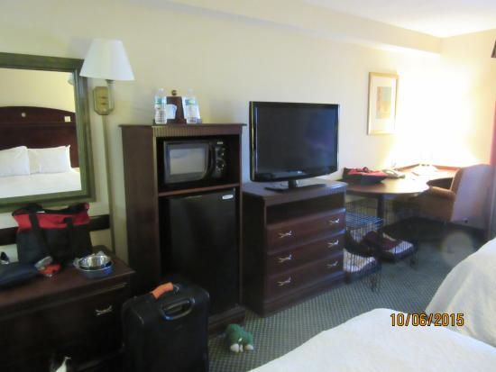 Hampton Inn Stony Creek: Microwave and fridge included in our room. They may or may not be in ALL rooms.