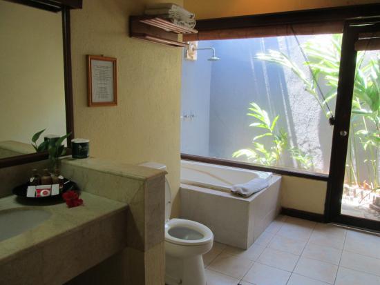 Benoa Beach Front Villas & Spa: bath tub
