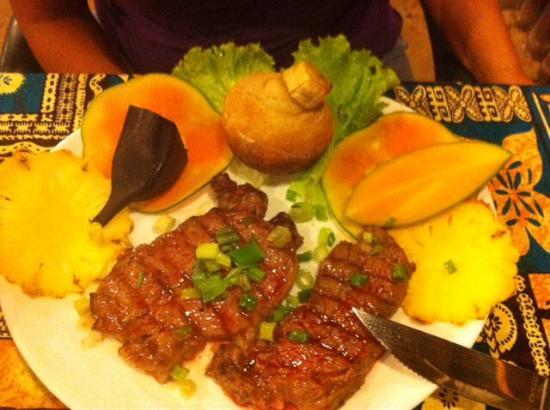 Coco D'isle: Pavés de bœuf avec pain banane, banane cuit, ananas, mangue...