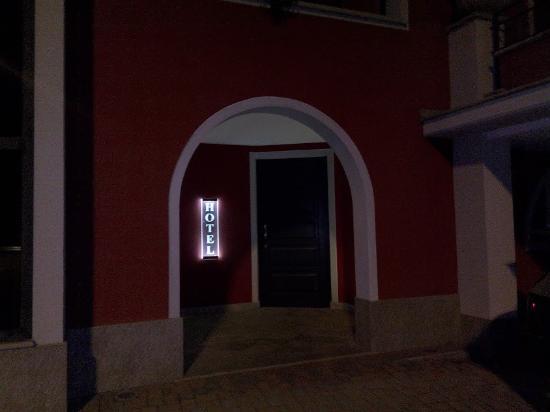 San Michele Mondovi, Italien: ingresso notturno da retro-cortile con posti auto
