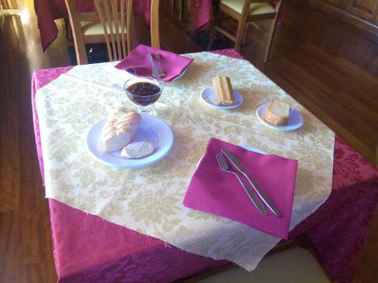 San Michele Mondovi, Italien: tavola per la colazione