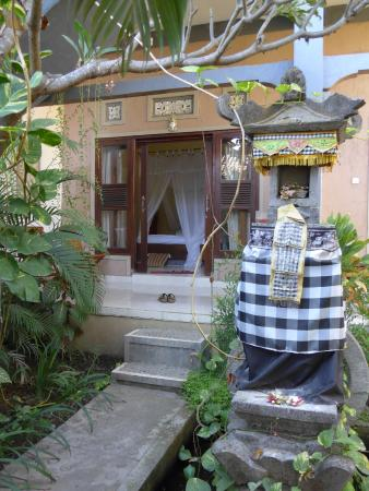 Rumahku Homestay: View from the garden to one of the rooms