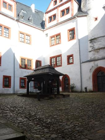 Schloss Rochsburg: Burghof mit Brunnen