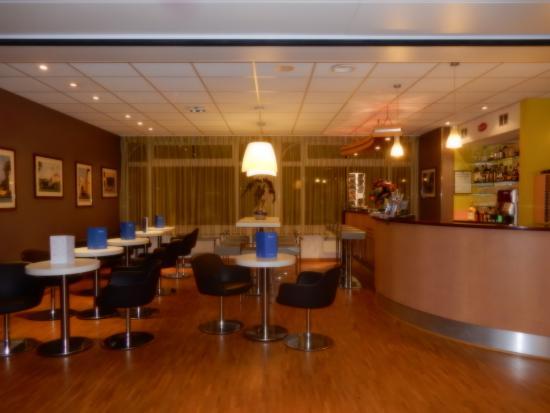le hall d 39 entr e accueil et bar h tel bugatti foto van hotel le bugatti molsheim tripadvisor. Black Bedroom Furniture Sets. Home Design Ideas