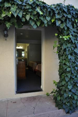 Monterey Oceanside Inn: Charming Ivy Entrance to room.