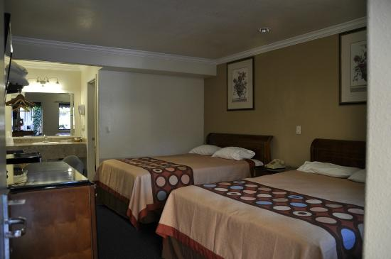 Monterey Oceanside Inn: Warm colors and modern decor