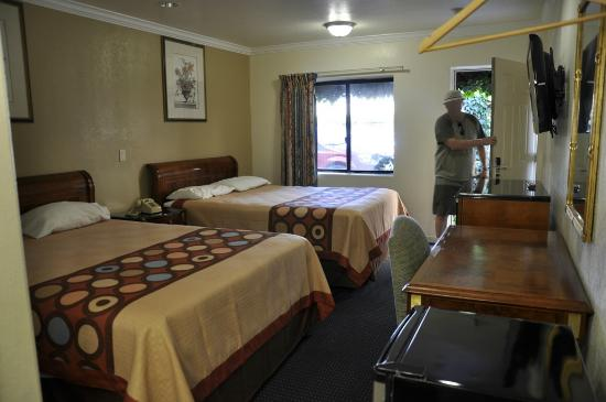 Monterey Oceanside Inn: Clean room and comfy beds!