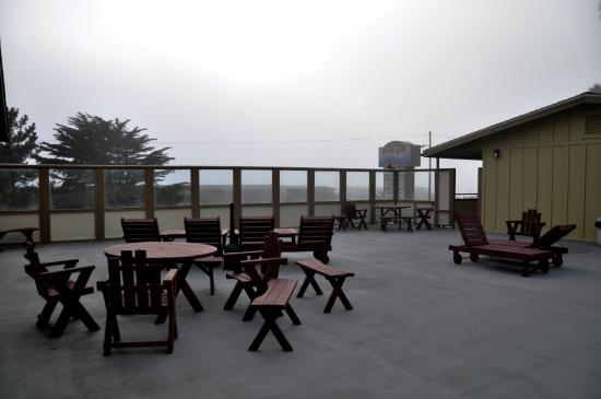 Silver Surf Motel: Upper decking for all to use. Ocean view on foggy day.
