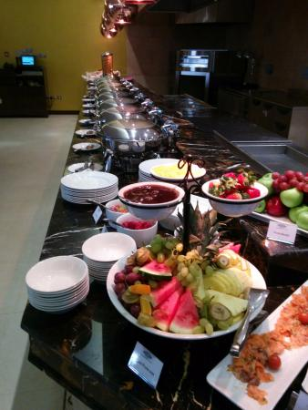 Donatello Hotel: A view of the large variety of food.