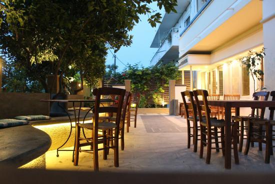 Philoxenia Hotel & Studios: Front garden