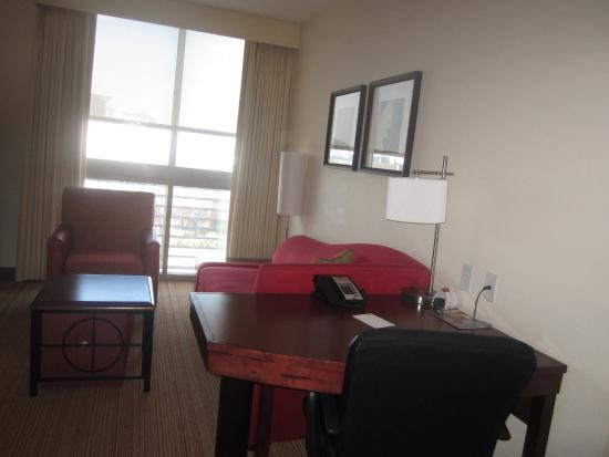 Residence Inn Norfolk Downtown : Desk and lounging area