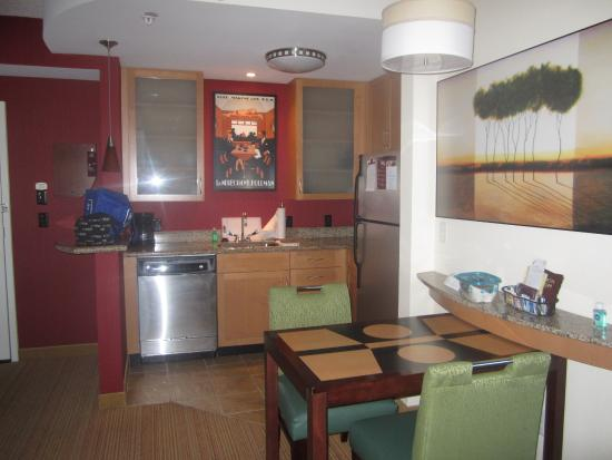 Residence Inn Norfolk Downtown : Overview of dinette and kitchen area