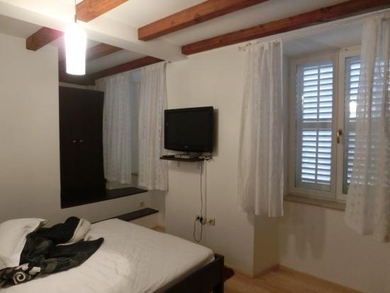 Villa Flores: 部屋の中。逆サイドにはテーブルがあります。
