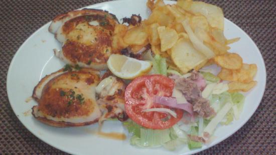 Restaurante Casa Garcias: Sepias a la plancha con ensalada mixta,(tomate, lechuga, cebolla,atún,jamón y queso y patatas fr