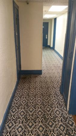Long Beach Hotel: Halls, very old carpets and awful colours